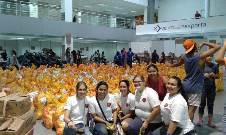 Les volontaires du Point-Coeur d'Equateur dans un centre de tri des aides humanitaires