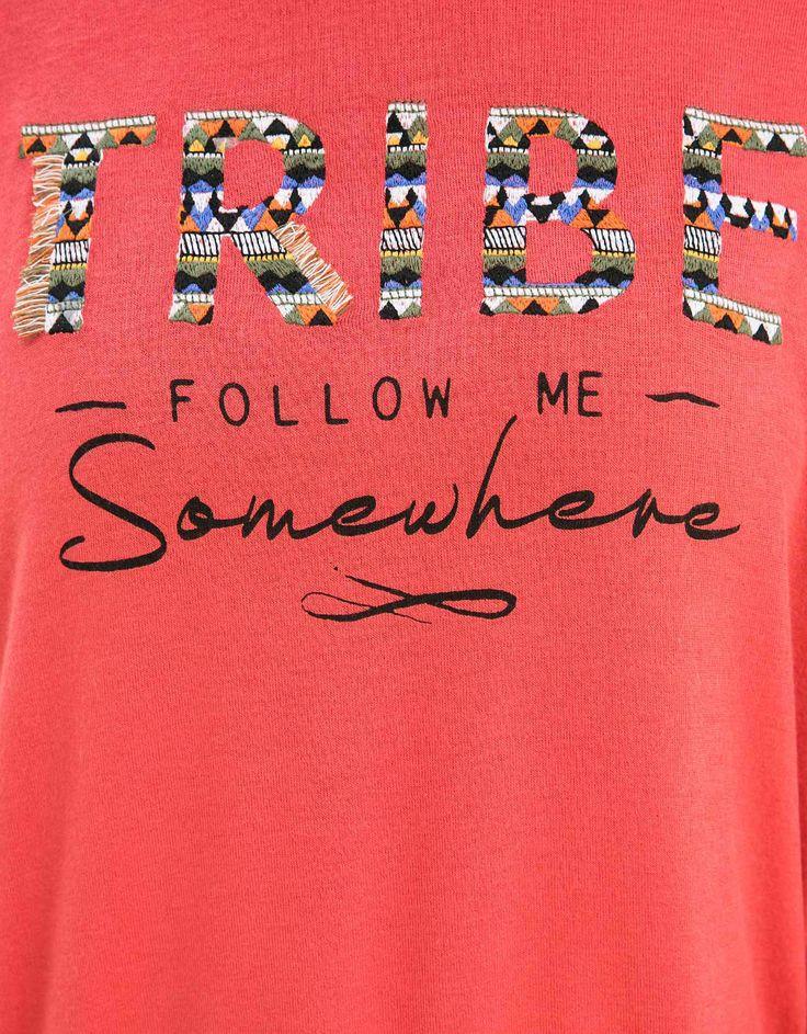 Camiseta BSK bordado TRIBE. Descubre ésta y muchas otras prendas en Bershka con nuevos productos cada semana