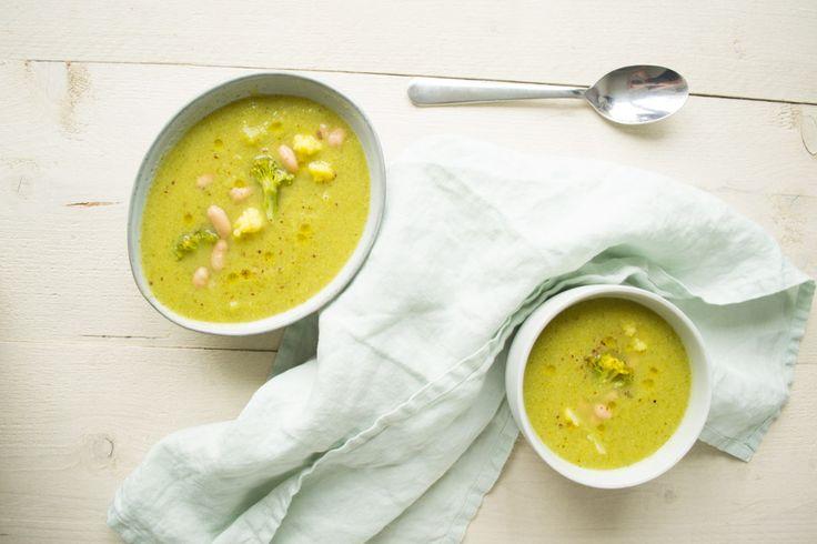 Met wat witte bonen voor de vulling en een hoop goede kerriepoeder is het een verrukkelijke snelle broccoli en bloemkool soep geworden!