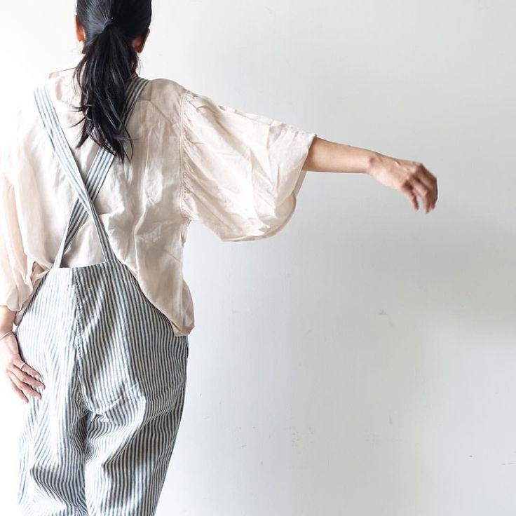 Antiquités / Cotton Silk AZUMADAKI shirts 上品な透け感と袖まわりのシルエットがアクセントになったシャツ。落ち感がありながらとてもソフトなシルクコットン地は、日本の伝統的な洗いの仕上げを取り入れた ''東炊き/AZUMADAKI'' ならでは! 袖をロールアップもしくは、ヒジまで上げて着るのがおすすめです :) タンクトップをインナーに真夏にさらっと涼しく着れる1枚。また冬はニットのインナーに重ねても素材感と色がコーディネートのアクセントに。 春が待ち遠しくなる、White、BeigePink、Greenの3色  #ichiAntiquités_clothes #ichiAntiquités_AZUMADAKI