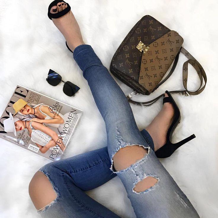 """675 curtidas, 1 comentários - ᏴᎾᏌᎢIQᏌᎬ ᏞᎬ FᎬᎷᎷᎬ (@boutiquelefemme) no Instagram: """"Tem calça rasgadinha (do jeitinho que a gente ama) passando na sua timeline! 😍❤ E lembrando que tem…"""""""
