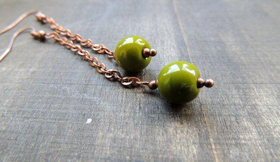 Czechisch olijfgroen glazen kralen - 10 mm  Koperen ketting en oorhaak.  Totale lengte: 7.5 cm    Kadoverpakking voorzien.
