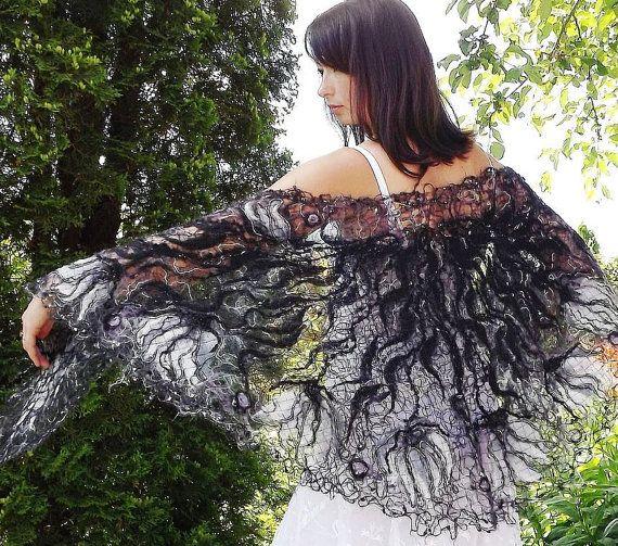 Noir et blanc à la main châle fait à laide technique de laine fou, pour les femmes. Ce châle unique est fait à laide de fil de mohair et laine
