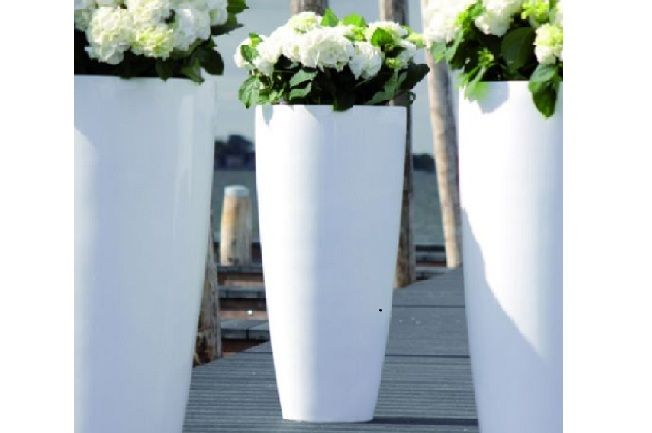STIJL. vazen - STIJL tuinontwerpen | tuinstyling. Heel leuk voor op de pilaren bij de deur!! Iets kleinere variant met hortensia