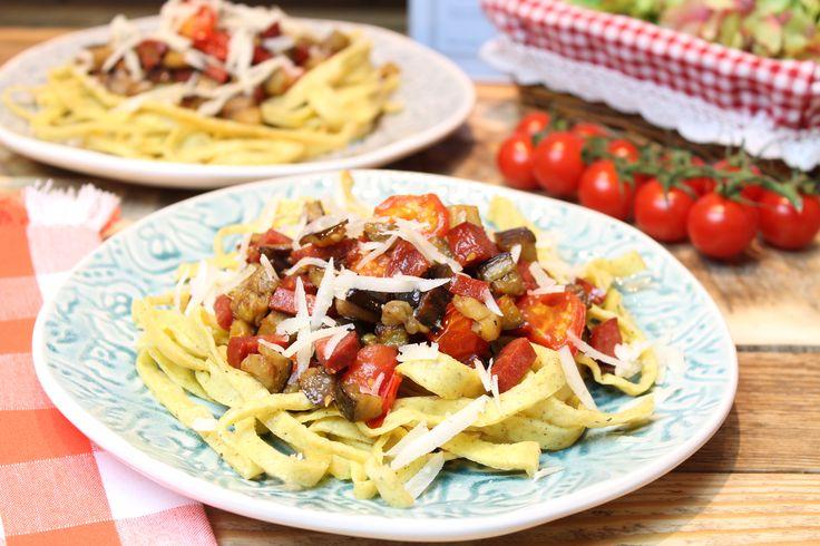 Low Carb  Rezepte von Happy Carb: Keto-Mozzarella-Nudeln mit Aubergine und Chorizo.