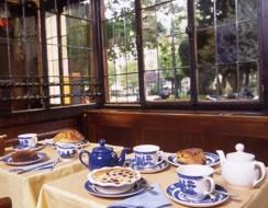 Goûter magique après un tour à la librairie Shakspeare&Co: at the Tea Caddy - Salon de thé, Paris !