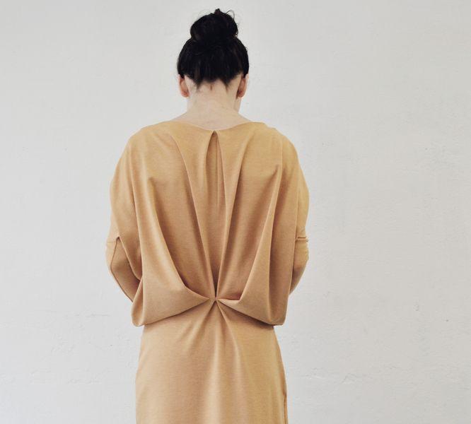 avantgardistisches unkompliziertes jerseykleid in wunderschönem safran-orange-gelb. eng anliegende ärmel stehen im kontrast zum weiten oberteil das...
