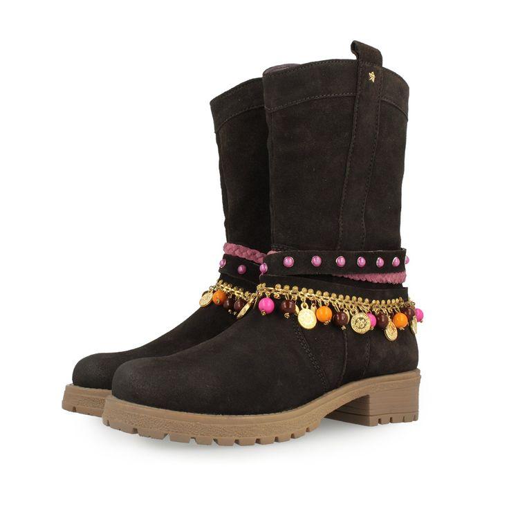 Botas altas de niña marrón chocolate con tiras de abalorios étnicos de colores. Corte y plantilla en piel, forro en tejido, y suela de goma con 3cm de tacón. Unas botas pensadas que las niñas vayan calentitas y estilosas.