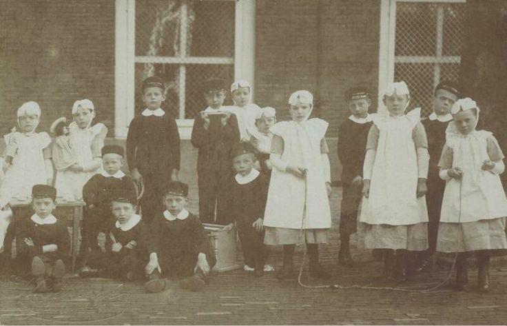 Weeskinderen voor de kinderkamer van het Gereformeerd Burgerweeshuis in de Goudsewagenstraat. Rotterdam. kaart 1905 #ZuidHolland #Rotterdam #wezen #gereformeerd