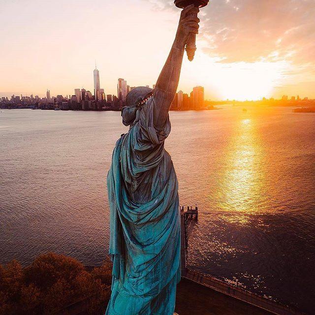 🌎Статуя Свободы | остров Свободы | Манхэттен | Нью-Йорк | США.🇺🇸  📝Статуя Свободы (Statue of Liberty)🗽 — одна из самых знаменитых скульптур в мире, часто называемая «символом Нью-Йорка и США», «символом свободы и демократии», «Леди Свобода».  Статуя Свободы была подарена Соединенным Штатам правительством Франции в честь столетия американской Декларации независимости. Гигантская фигура называлась «Свобода, освещающая мир» и в течение 10 лет создавалась в художественной студии скульптора…
