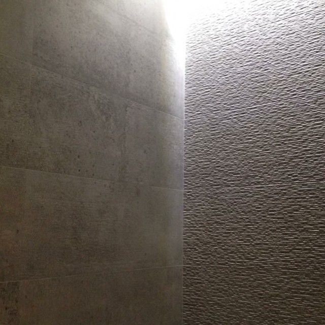 Fliser fra #porcelanosa 30x90 cm / Betong vs. struktur gir effekt. / www.flottebad.no #interiör #interior #interiør  #flis #fliser #kakel #baderom #tile  #tiles #bathroomdesign #interiordesign #baderomsdesign #baderomsfliser #baderomsinteriør #bad #flislegging #arkitekt #håndverker #oslo #porcelanosatiles #flottebad