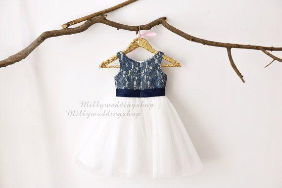 Een mooie handgemaakte jurk, ideaal voor bloem meisjes, bruidsmeisjes, doopfeesten en eventuele speciale gelegenheden of een gewoon omhoog het kleden van item voor kleine meisjes!  Bodice - twee toned bodice, bekleed met ivory (gebroken wit) satijn, overlay met marine blauwe bloemen kant, verborgen terug ritssluiting, vast bijpassende navy blue satijn riem met een pre-en-klare formele boog  Rok-Dreaming ivory (gebroken wit) Tule prinses rok zoals altijd  Voering - 100% zachte satijnen…