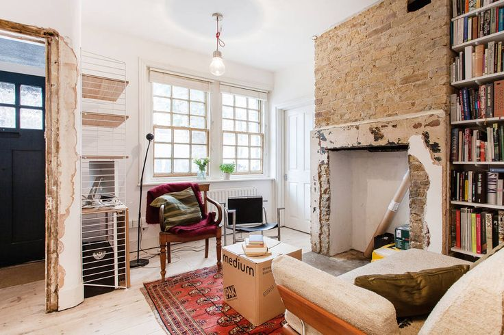 Wohnung in London, Vereinigtes Königreich. Beautiful recently renovated ground floor flat in an Edwardian terrace with   a cosy, light and airy, double bedroom for two guests.  Charming period features, a quiet location, stylish new bathroom with an excellent shower and access to the back ...