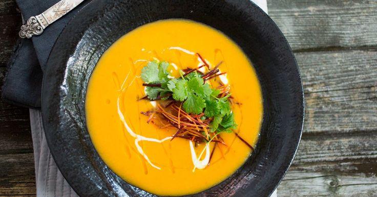 Kjempedeilig suppe med vakker, gul farge. Sunn og god med søtpotet og gulrot! Denne retten kan fint passe som forrett også. Alt du må gjøre er å halvere mengden per person.