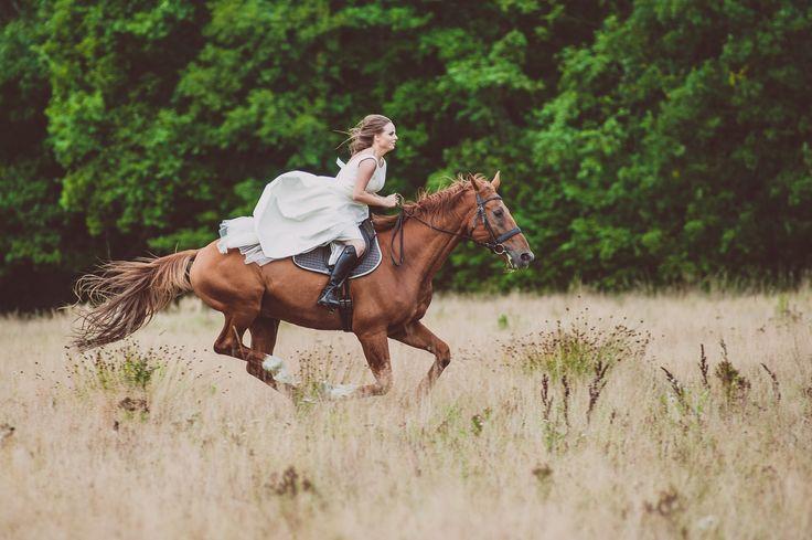 pani młoda na koniu