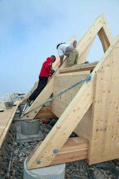 BIVACCO LUCA VUERICH, Friuli-Venezia Giulia, 2012  La struttura, con 9 posti letto, è posizionata a quota 2531 metri nelle Alpi Giulie. Terminata la fase di progettazione e produzione della struttura – composta da 30 pannelli x-lam , 3 capriate principali e basamento in legno di larice...  http://img.archilovers.com/projects/07b45dfb84a0451fbd7533294fd72085.jpg