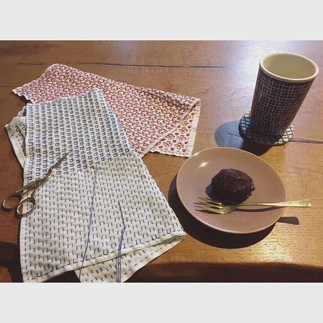 🐛 ・ 夕食後、癒しの時間。 ・ お彼岸だったのでこの2日間でおはぎ4つ目💦 ・ 体重がやばいけど、今日は息子とたくさん遊んだご褒美で温かいお茶と頂きます☺️ ・ 息子がバーバパパに夢中のうちに、9月中になんとか仕上げたいご近所さんへのお礼をすすめております😊 ・ #sashiko #刺繍 #embroidery #チクチク #手芸 #手芸部 #minne #creema #ハンドメイド #手作り #プレゼント #母ちゃんは夜なべをして #一目刺し #needlework  #コースター #花ふきん #おはぎ食べ過ぎ #おはぎ #お彼岸 #秋の夜長 #刺し子