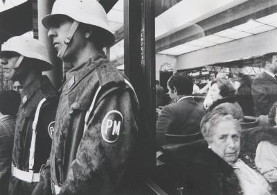 Gianni Berengo Gardin, Siviglia polizia militare in centro , ca. 1960–1969