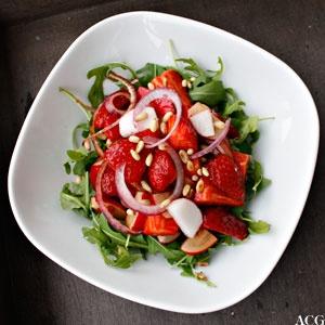 Strawberry salad with radish and onion. #jordbaer #strawberries #salat #salad #reddik #radish #loek #onion #pinjekjerner #pine_nuts #rucola #ruccola #arugula