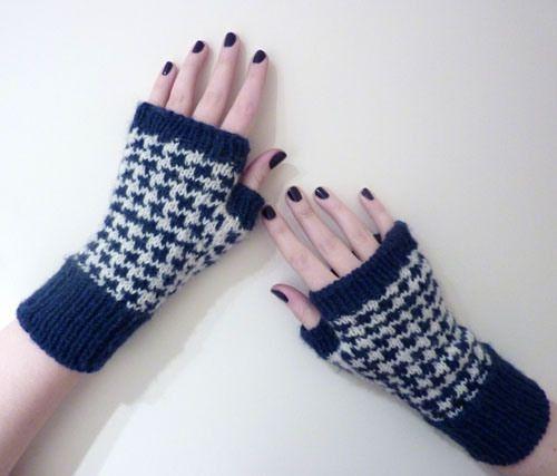 Houndstooth Handwarmers free pattern via apileofsheep.wordpress.com