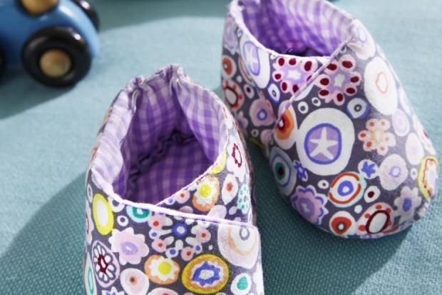 Diese Babyschühchen aus Stoffresten sind so süß, dass man sie am liebsten sofort nachmachen möchte. Machen Sie Ihrem Baby eine Freude. Wir zeigen Ihnen, wie Sie die kleinen Schuhe ganz einfach selbermachen können. http://www.fuersie.de/diy/naehanleitungen/artikel/suesse-babyschuehchen-anleitung