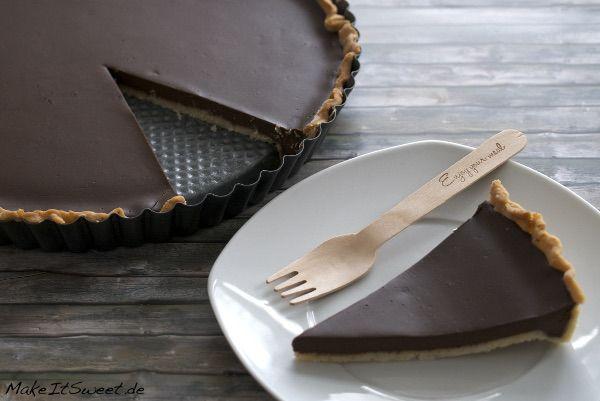 Ein Rezept für eine klassische Tarte au chocolat. Der Boden ist aus einem Mürbeteig und die Schokolade ist beim Einstechen noch weich.