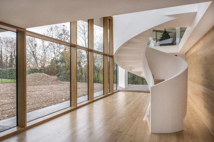 Una scala elicoidale in cemento, realizzata da Rizzi Scale, per la Casa Pls, progettata dallo studio Corde Architetti Associati.