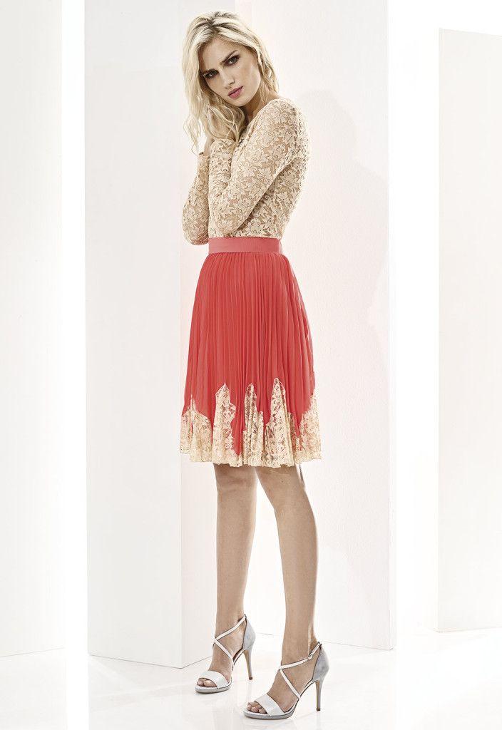 ESSENTIAL 07516 Falda corta en chiffón plisado con detalles de encaje, disponible en azul marino y coral