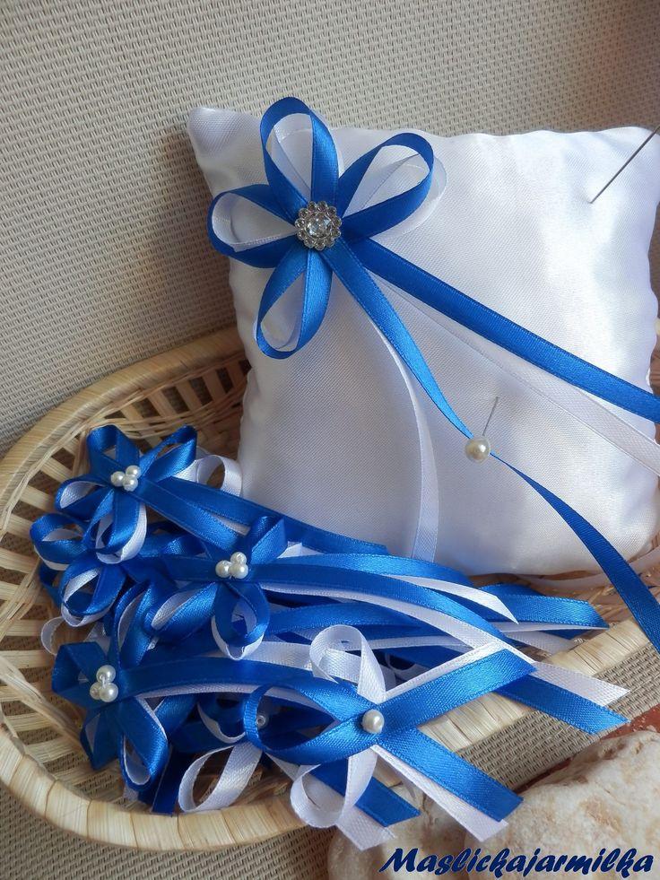 Svatební sada Modrá svatební sadaobsahuje:  1 x polštářek - rozměr 15 x 15 cm, k polštářku zdarma dostanete 2 špendlíky na prsteny 10 x vývazky pro svatebčany - délka cca 5 - 6 cm 6 x vývazky pro rodiče a svědky - délka 9 - 11 cm  ................. Pokud budete potřebovat jiný počet vývazků , jiný typ polštářku, jiný typ vývazků, napište mi do IP a ...