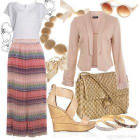 Длинная юбка на резинке розово-сиреневой расцветки в полоску прекрасно смотрится с блузкой белого цвета, пиджаком бежевого оттенка, сумочкой соломенного тона и босоножками персикового цвета на платформе.