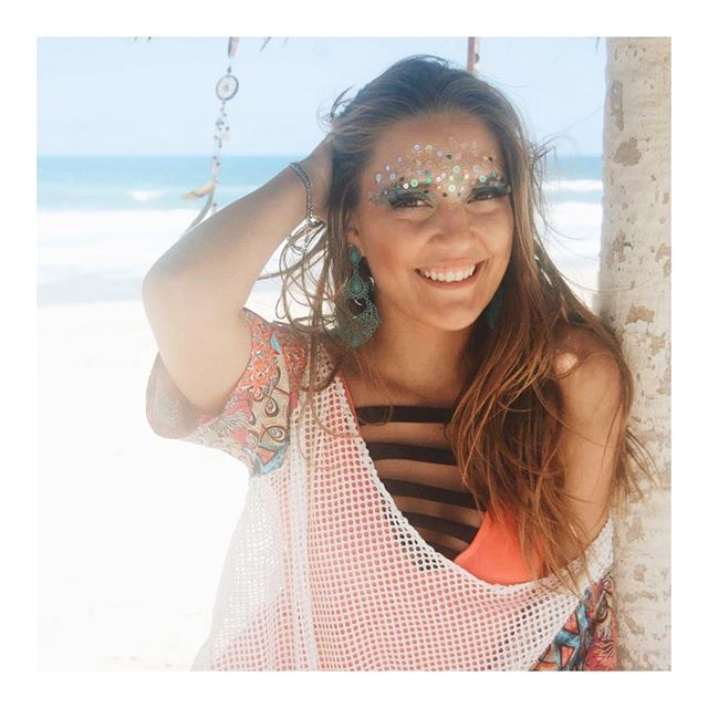 """"""" Ninguém se importa com o penteado quando é a leve brisa do mar que bagunça os cabelos."""" E já é com uma vontadizinha de replay desse final de semana prolongado que a gente passa para desejar uma boa semana para vocês sereias !!! ☀️🐚🌊 #vidadesereia #souldomar #nossocantinho"""