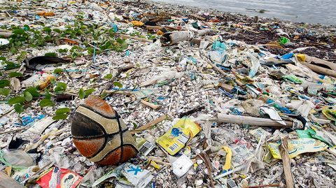 Merten muoviroska on yksi suurimmista ympäristöongelmistamme. Kansainvälisten sopimusten avulla roskaamisen kuriin saattaminen junnaa, joten moni yritys yrittää ratkaista globaalia ongelmaa omin nokkinensa. Muoviroska vaikuttaa ympäristön lisäksi talouteen ja viime kädessä terveyteemme.
