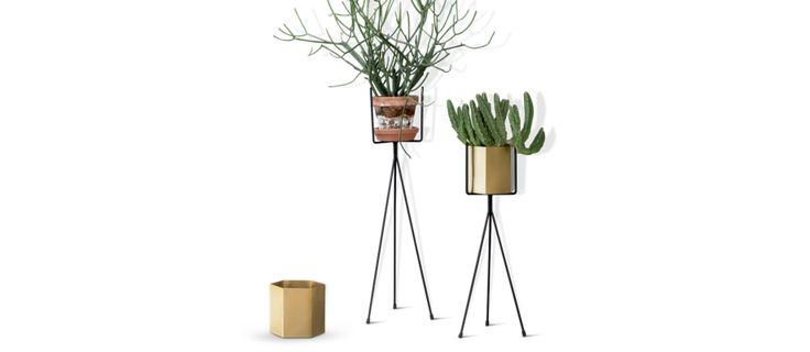 Plant Stand från Ferm LIVING är ett stativ/piedestal i pulverlackerad metall för din kruka. Välj mellan två storlekar. Endast för inomhusbruk.