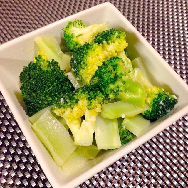 昔、中華料理屋さんで食べたブロッコリーの青菜炒めがあまりにもおいしかったことを突然思い出して作りましたー♡  ブロッコリーに味がしっかりしみてめっちゃおいしかったー♡ - 13件のもぐもぐ - ブロッコリーで青菜炒め風♡ by sugargirlinfo
