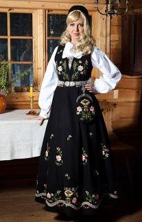BUNADER - Kvinnebunad fra Lundeby