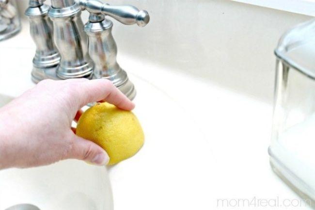 Esfregue o espelho com uma solução de vinagre branco e água (1 pra 1). Acrescente algumas gotas de suco de limão para dar um cheiro agradável.
