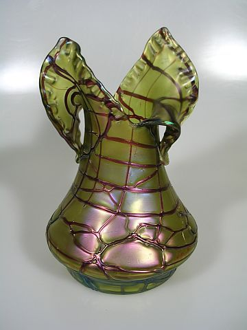 Pallme Koenig Jugendstil Vase Irisiertes grünes Glas, außen dekoriert mit unregelmäßigem Muster von Glasfäden; polierter Abriß. Jugendstil, ca. 1900, Böhmen