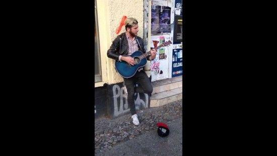 Strassenkünstler und Jimmy Somerville singen spontan zusammen auf der Strasse - http://www.dravenstales.ch/strassenkuenstler-und-jimmy-somerville-singen-spontan-zusammen-auf-der-strasse/