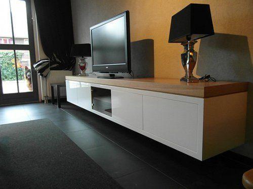 hangende tv-kast op maat; eikenhout met hoogglans wit