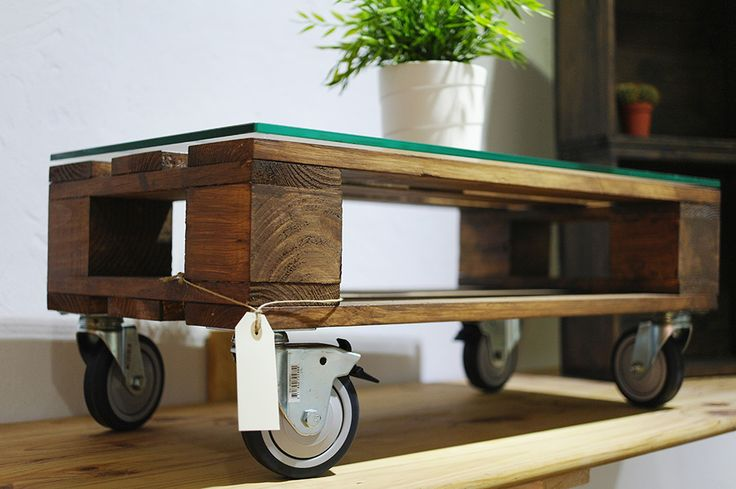 Mesa de centro de madera de palet sobre de cristal a for Mesas industriales