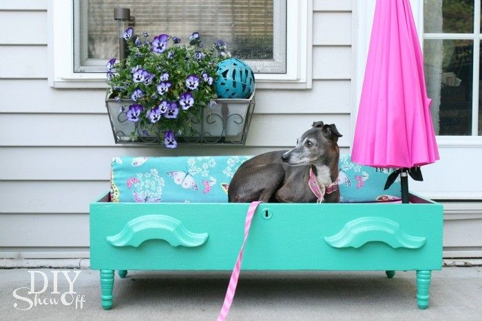 Swedish DIY Recycle. Make a dog bed in a drawer. Translate from Swedish// En överbliven låda blir hundens lyxigaste säng. Allt som behövs är fyra ben, madrassoch en gnutta målarfärg.<br />