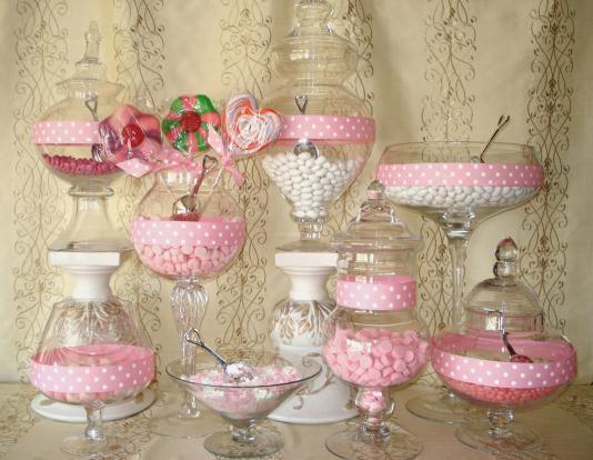 Mesas dulces con golosinas de color blanco y rosa