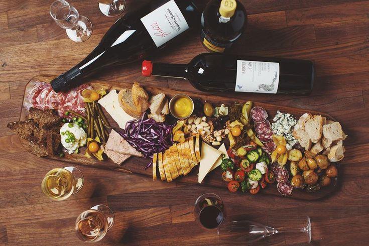 Petite liste d'endroits festifs et gourmands pour vos sorties : les bars où l'on mange le mieux à Montréal. Des bars festifs et gourmands.