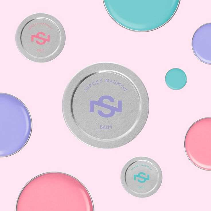 Бальзамы Balm by #SergeyNaumov в минималистичной алюминиевой упаковке питают губы и придают им дополнительный визуальный объем. В состав входят масла ши, жожоба, авокадо и мяты, витамин Е и экстракт стевии. Уникальное средство обеспечивает противовоспалительное, защитное и противовирусное действие.  SERGEY NAUMOV #BALMBYSERGEYNAUMOV SOFT PINK (15 мл) - 974 руб *Цена указана с учетом максимальной скидки по Карте клиента Л'Этуаль и действительна только в интернет-универмаге letu.ru
