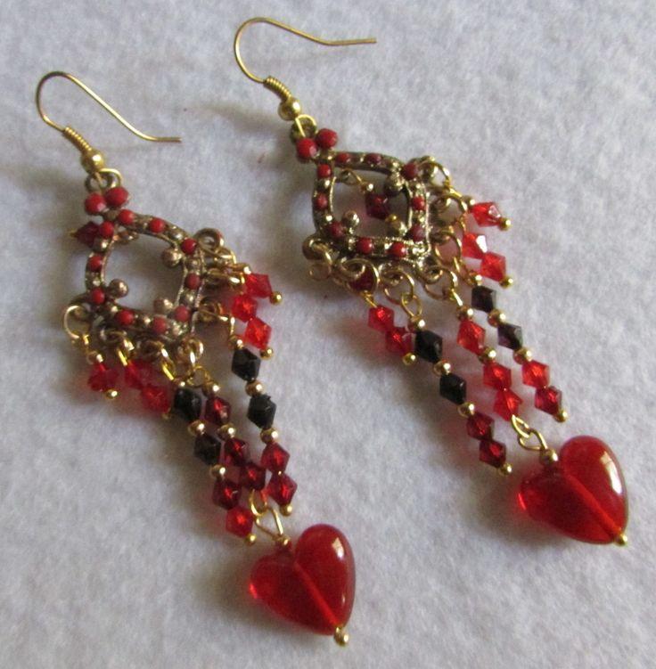 Aros montados en base dorado viejo con piedras rojo oscuro y abalorios al tono con corazon cristal rojo
