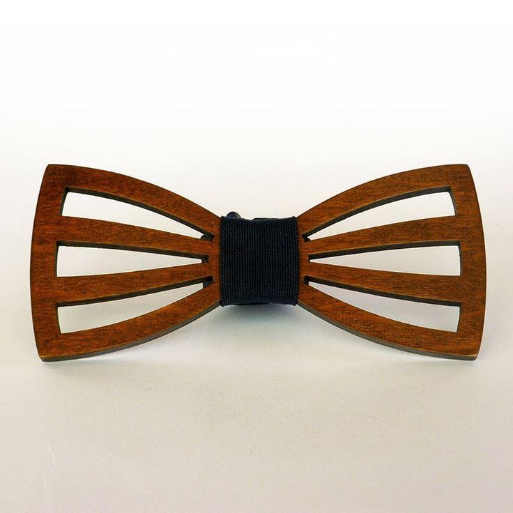 Уникальный унисекс галстук - бабочка из натурального дерева (ольха) в форме контура классической бабочки с тремя перемычками с обеих сторон; изделие покрыто гипоаллергенным лаком на водной основе, придающим ему каштановый оттенок, и украшено темно-серой лентой.Изысканный подарок для самого стиль