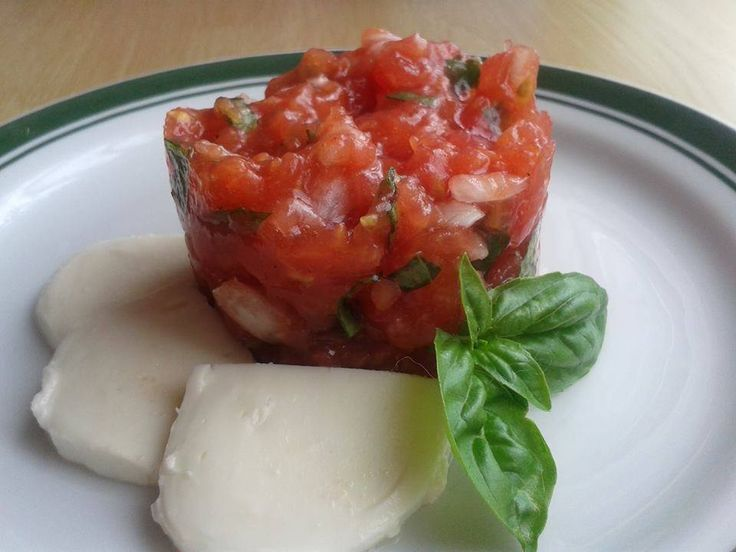 Zvířátkový den - rajčatový tatarák. V mixeru nasekáme cibulku, přidáme rajčata, které spaříme, schladíme, oloupeme a vydlabeme zrníčka, používáme jen tu část bez zrníček. Nasekáme, přidáme pokrájenou bazalku, sůl, pepř a trochu balsamica. Podáváme s plátky mozzarely