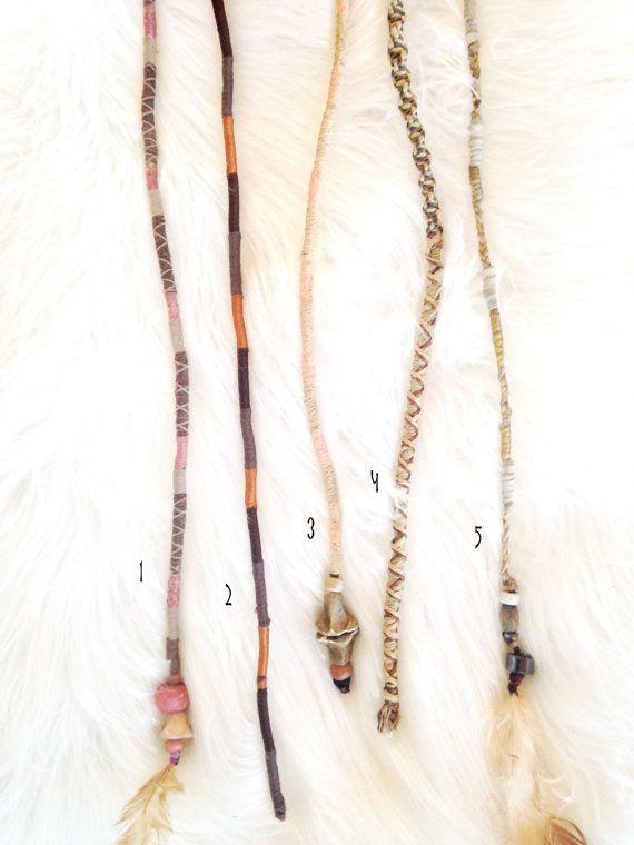 Diese handgefertigten Dreadfalls sind elegant ur. Sie spiegeln eine Stammes-, Boho-Ästhetik und sind, die jeweils mit Sorgfalt aus vielen natürlichen Elementen, einschließlich Leder, Ton-Perlen, Holzperlen, Federn, Sehnen und Gewinde gefertigt.  Sie sind leicht zu tragen für die vorübergehende Verwendung bei einem Festival, einfach ein Gummiband oder Bobby Pin verwenden, um das Ende entweder die Wurzel von einem Zopf zuordnen. Wenn Sie bereits Dreadlocks haben, sind sie qualitativ…