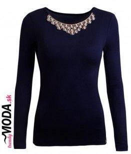 Štýlove dámske tmavomodré tričko s dlhým rukávom s ozdobným náhrdelníkom, ktorý je našitý na tričku.-trendymoda.sk