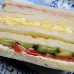 サンドウィッチパーラーまつむら - 「三色サンド【ミックス⇒ハム、玉子、野菜(トマト、キュウリ)】 」(¥210)